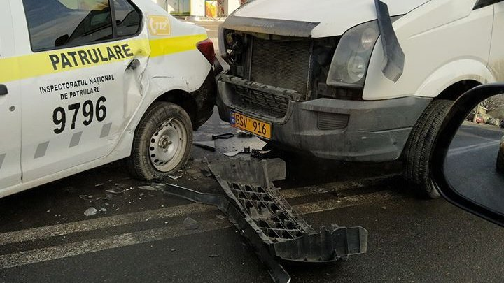 Ни дня без аварий: в столице столкнулись полицейская машина и маршрутка (ФОТО)