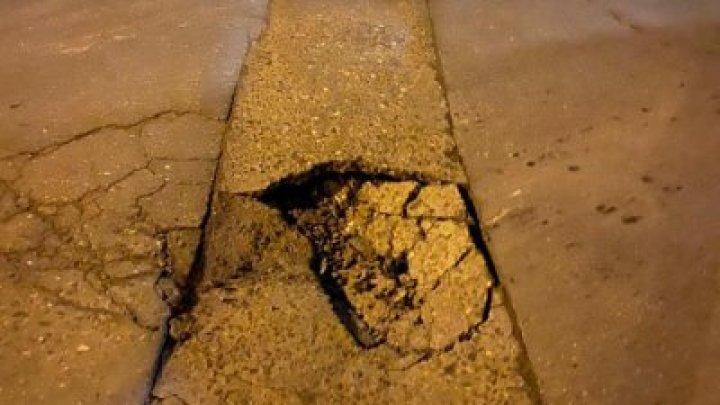 """Муниципальные службы повторно залатали яму на столичной улице: """"Сделали мы это на наши деньги"""""""