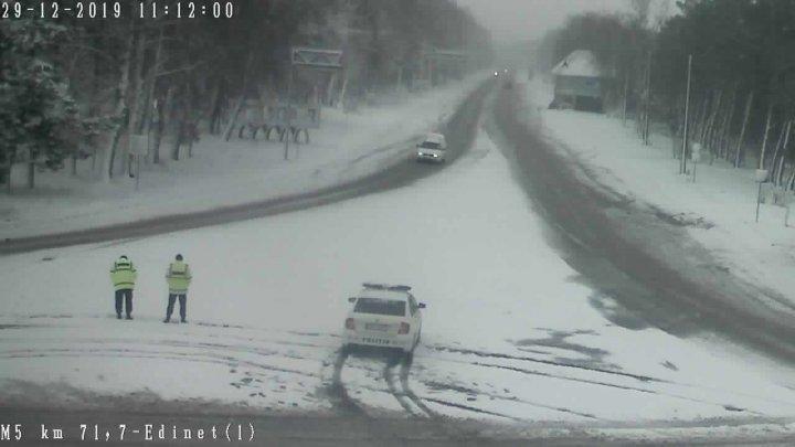 Осторожно, в Молдове снегопад и местами гололедица: за ночь дорожники потратили 1400 тонн противоскользящего материала