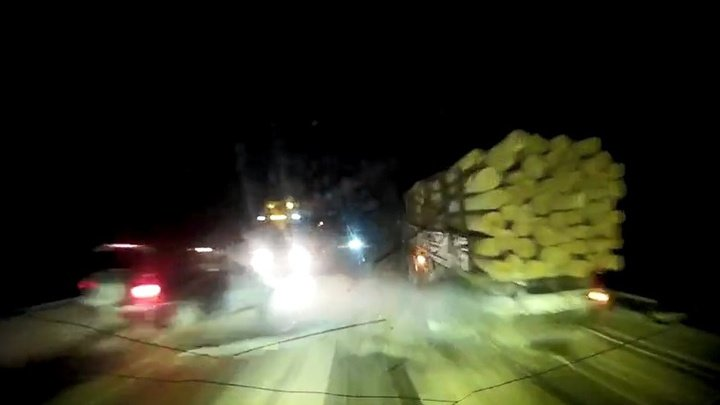 Проскочил: водитель чудом избежал столкновения c фурой и лесовозом в Томской области (ВИДЕО)