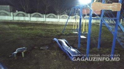 Хулиганы разгромили детскую площадку в Комрате (ФОТО)