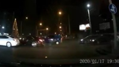 В столице, на перекрестке, столкнулись две легковушки (ВИДЕО)
