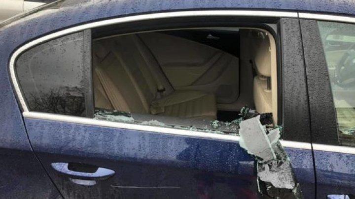 В столице обокрали автомобиль через разбитое окно