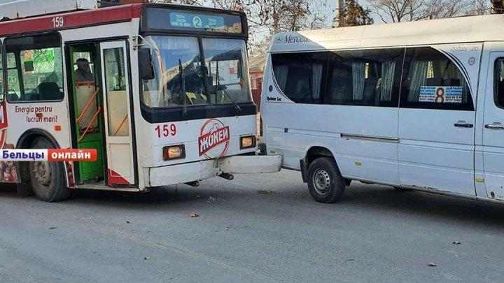 Авария в Бельцах: троллейбус столкнулся с рейсовой маршруткой (ФОТО)