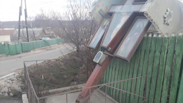 В Хынчештах распятие не смогло устоять под натиском ветра (ФОТО)