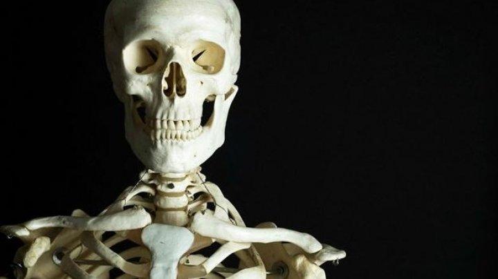 В Индонезии в заброшенном доме нашли сидящий на диване скелет в плаще