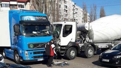 Авария в столице: на загруженном перекрестке столкнулись грузовик и бетоновоз (ВИДЕО)