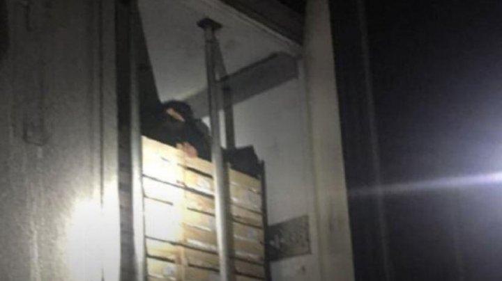 В рефрижераторе с яблоками в Украине обнаружили четырех подростков без сознания