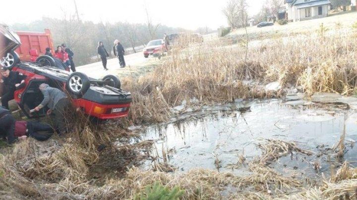 В украинском селе четыре человека не смогли выбраться из упавшей в пруд машины