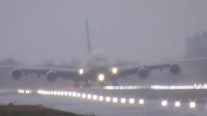 """Из-за шторма """"Дэннис"""" пассажирский самолёт сел как вертолёт. Захватывающие кадры из аэропорта Хитроу (ВИДЕО)"""