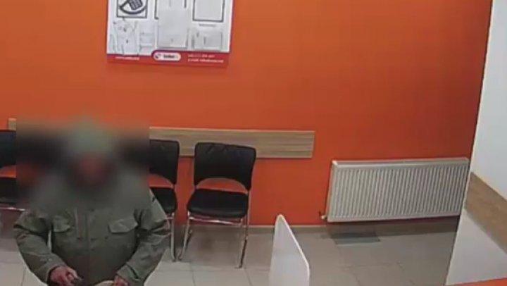 В офис кредитной организации в столице бросили похожий на взрывчатку предмет. Что грозит хулигану (ВИДЕО)