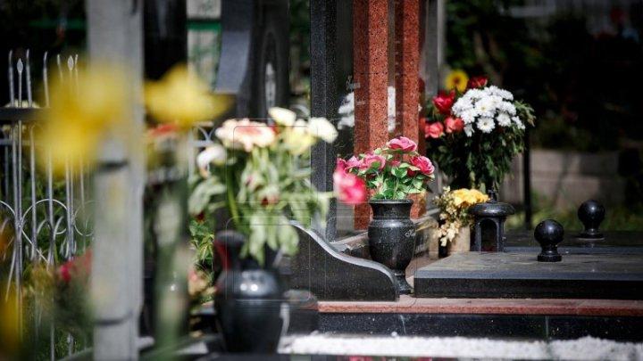 На крупных кладбищах в Родительский день активизировались попрошайки