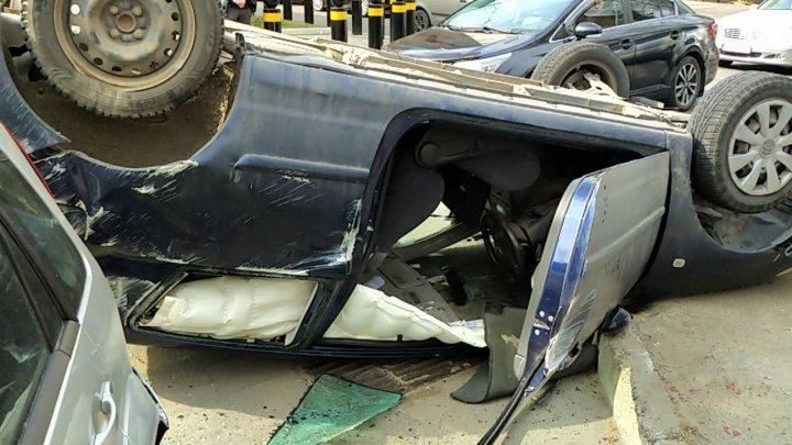 Автомобиль перевернулся на крышу в результате ДТП в центре столице (ВИДЕО)