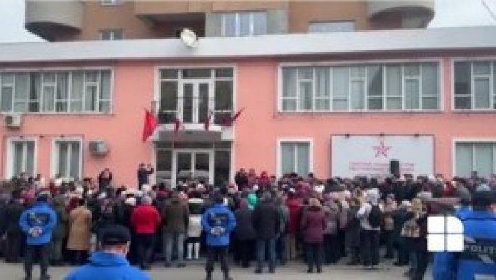 Тысячи пенсионеров по всей стране устроили протесты у офисов Партии социалистов