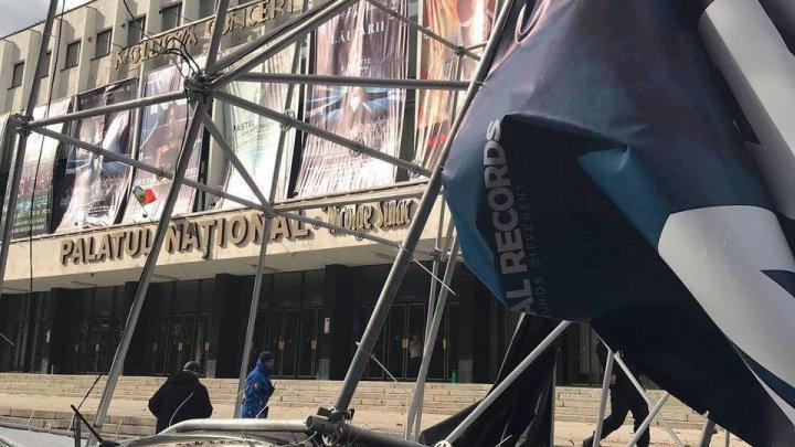 В центре столицы ветер повалил на машины рекламный щит (ФОТО)
