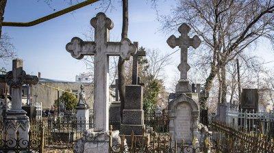 Молдова готовится к Радонице: жители страны вышли на уборку могил