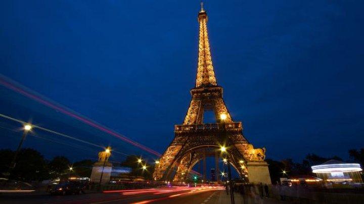 Эйфелева башня напомнит парижанам о необходимости изоляции новыми иллюминациями (ВИДЕО)
