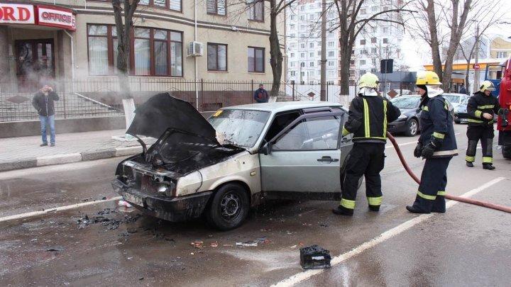 Спасатели потушили загоревшийся на улице в Бельцах автомобиль (ФОТО)