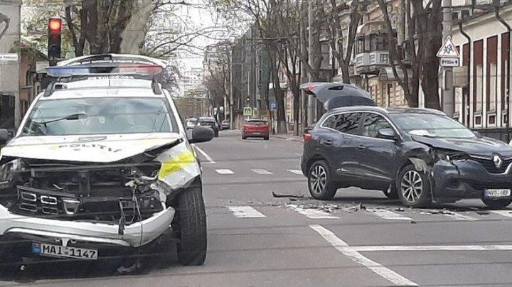 В Кишиневе полицейская машина столкнулась с легковушкой (ФОТО)