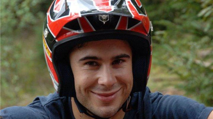 Мотоциклист Тони Боу проделал несколько экстремальных трюков в своем доме
