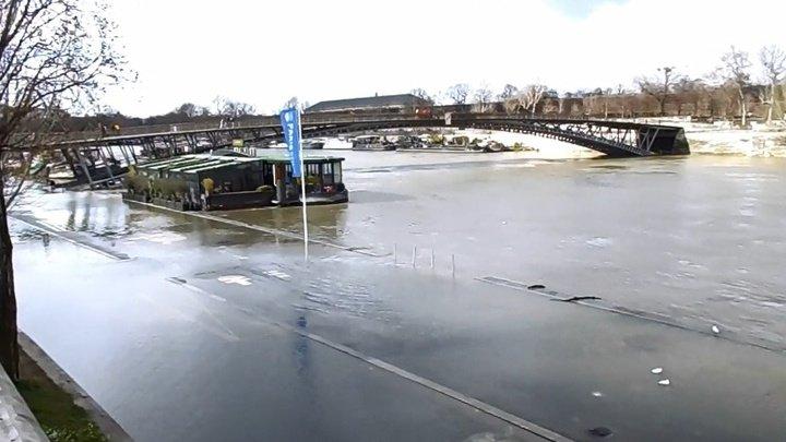 Река Сена вышла из берегов в Париже, подтопив несколько набережных (ВИДЕО)
