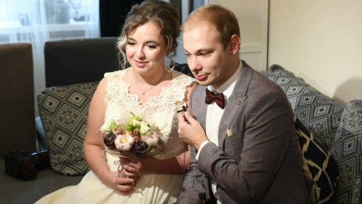 Сыграли свадьбу, не выходя из дома: в Екатеринбурге пара решила устроить праздник в режиме изоляции (ФОТО)