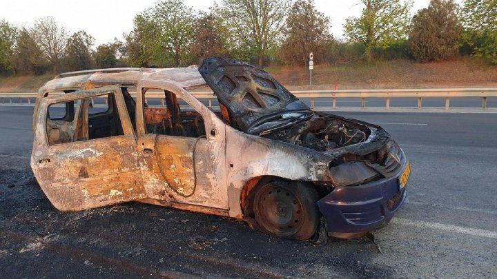 В столице сгорел автомобиль: от транспортного средства остался лишь каркас (ФОТО)