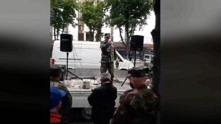 Ветераны вышли на протест к зданиям парламента и президентуры: проезжая часть заблокирована (ВИДЕО)