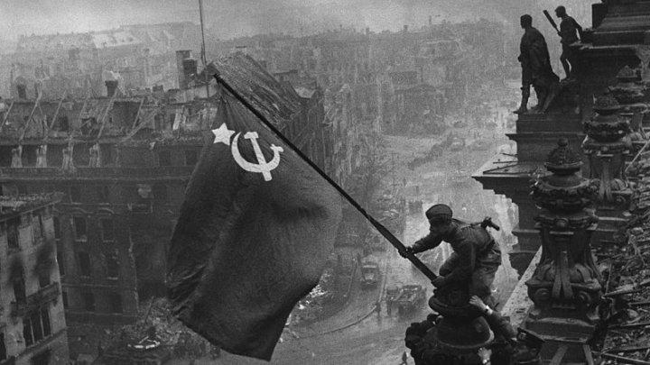 Facebook объяснил, почему удалял фотографию водружения Знамени Победы на Рейхстаге