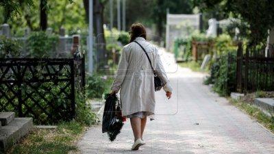 Неприятный сюрприз: жители Кишинева пришли с цветами и поминальными дарами к закрытым воротам кладбища