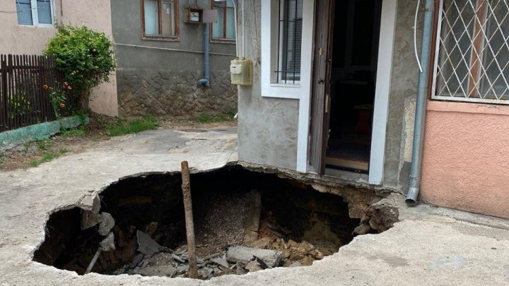 ШОК! У жилого дома в центре столицы обвалилось крыльцо (ФОТО)