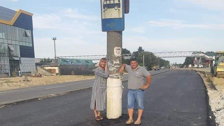 Теперь это местная достопримечательность: столб посреди дороги в Страшенах стал поводом для шуток (ФОТО)