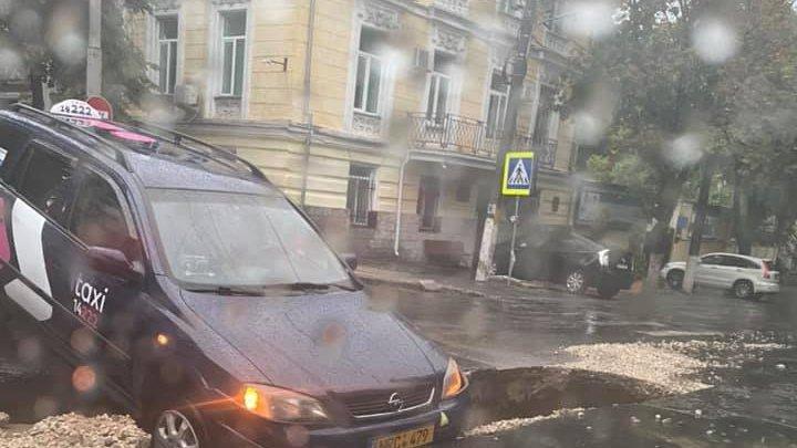 В центре столицы машина одной из служб такси провалилась в дыру в асфальте (ФОТО)