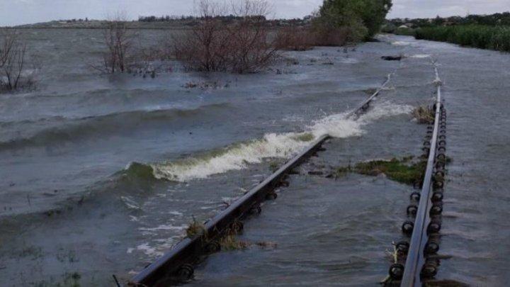 На юге страны из-за подтопления железной дороги приостановлено движение товарных поездов