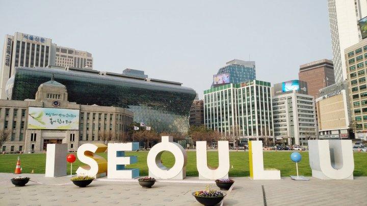 В Сеуле устроили световое шоу, чтобы напомнить о мерах по борьбе с распространением COVID-19