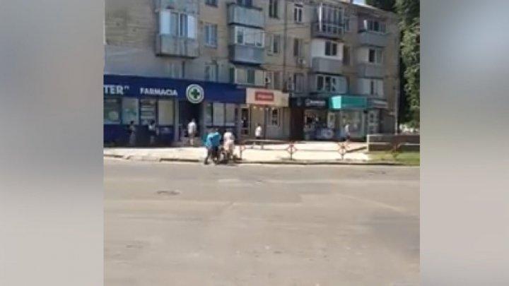В столице засняли трех человек с детьми, перебегавших дорогу перед автомобилями (ВИДЕО)