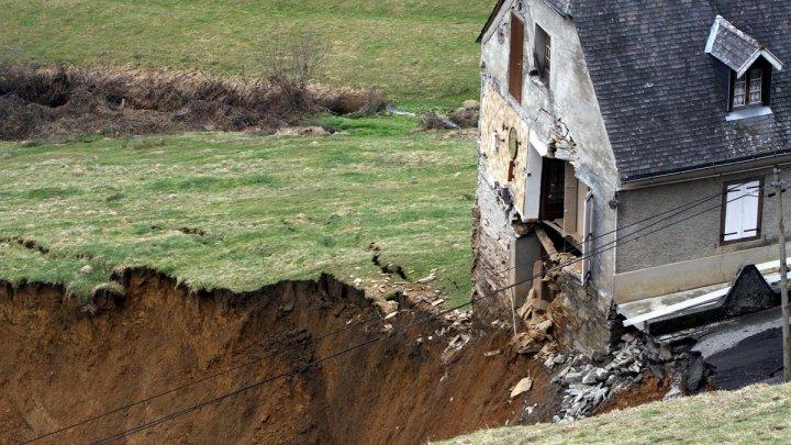 Миллионы ушли в овраг: несколько домов в селе Готешты могут провалиться под землю