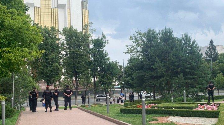 Здание парламента окружили карабинеры (ФОТО)