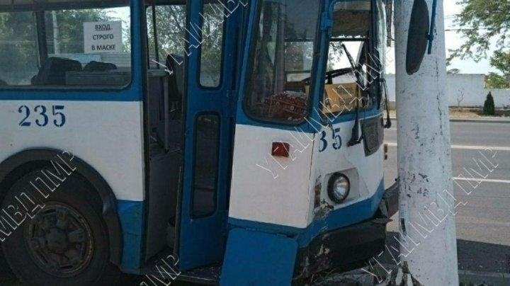 """""""Помутнело в глазах"""": водитель троллейбуса врезался в столб в Тирасполе"""