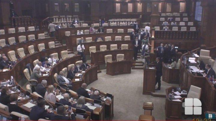 """Ион Кику в парламенте: крики """"Позор"""", выход из зала депутатов оппозиции и 10-минутный перерыв"""