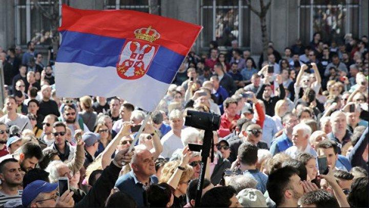 Многотысячный протест в Белграде: манифестанты винят президента в отмене ЧП ради выборов