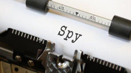 Любовь, а не шпионаж? Авиамеханик две недели прятал подругу на британской военной базе