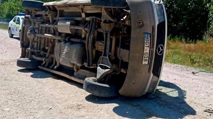 ДТП у Сынжерей: 39-летний мужчина застрял в перевернувшемся микроавтобусе