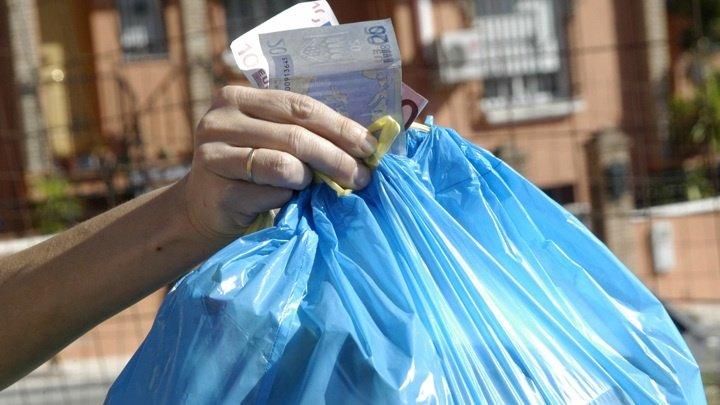 Жительница Австрии нашла мусорный мешок с деньгами на обочине дороги