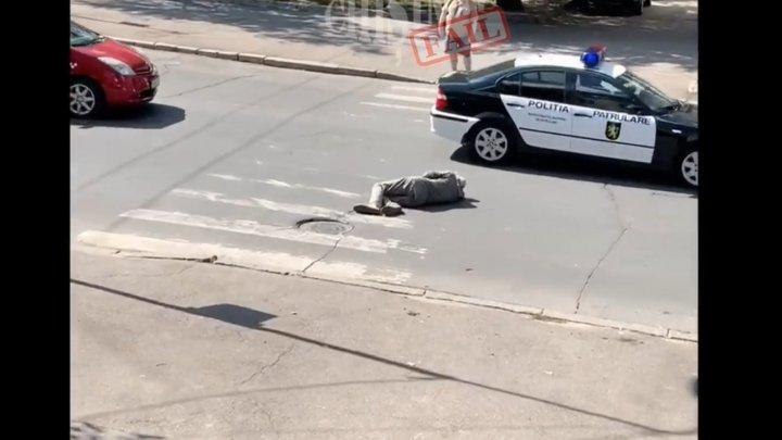 Полицейские не обратили внимания на мужчину, который разлёгся посреди дороги на улице Пушкина (ВИДЕО)