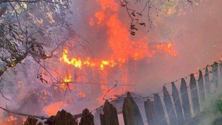 Утренний пожар в столице: пожилой мужчина и молодая семья остались без крыши над головой (ФОТО)