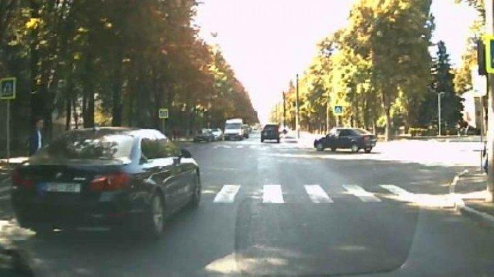 В столице ребенок едва не попал под колеса летевшей по дороге легковушки (ВИДЕО)