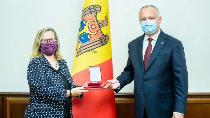 Игорь Додон попрощался с послом Австрии в Молдове Кристин Фрайлингер и вручил ей орден