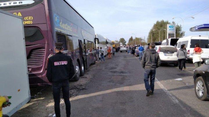 12 автобусов с гражданами Молдовы застряли между Украиной и Венгрией: реакция МИДЕИ