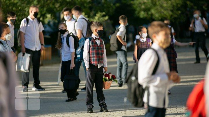 Снова в школу: ученики вернулись за парты без торжественных линеек и при строгих мерах безопасности (ФОТОРЕПОРТАЖ)